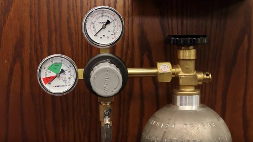 Regulator and CO2 tank